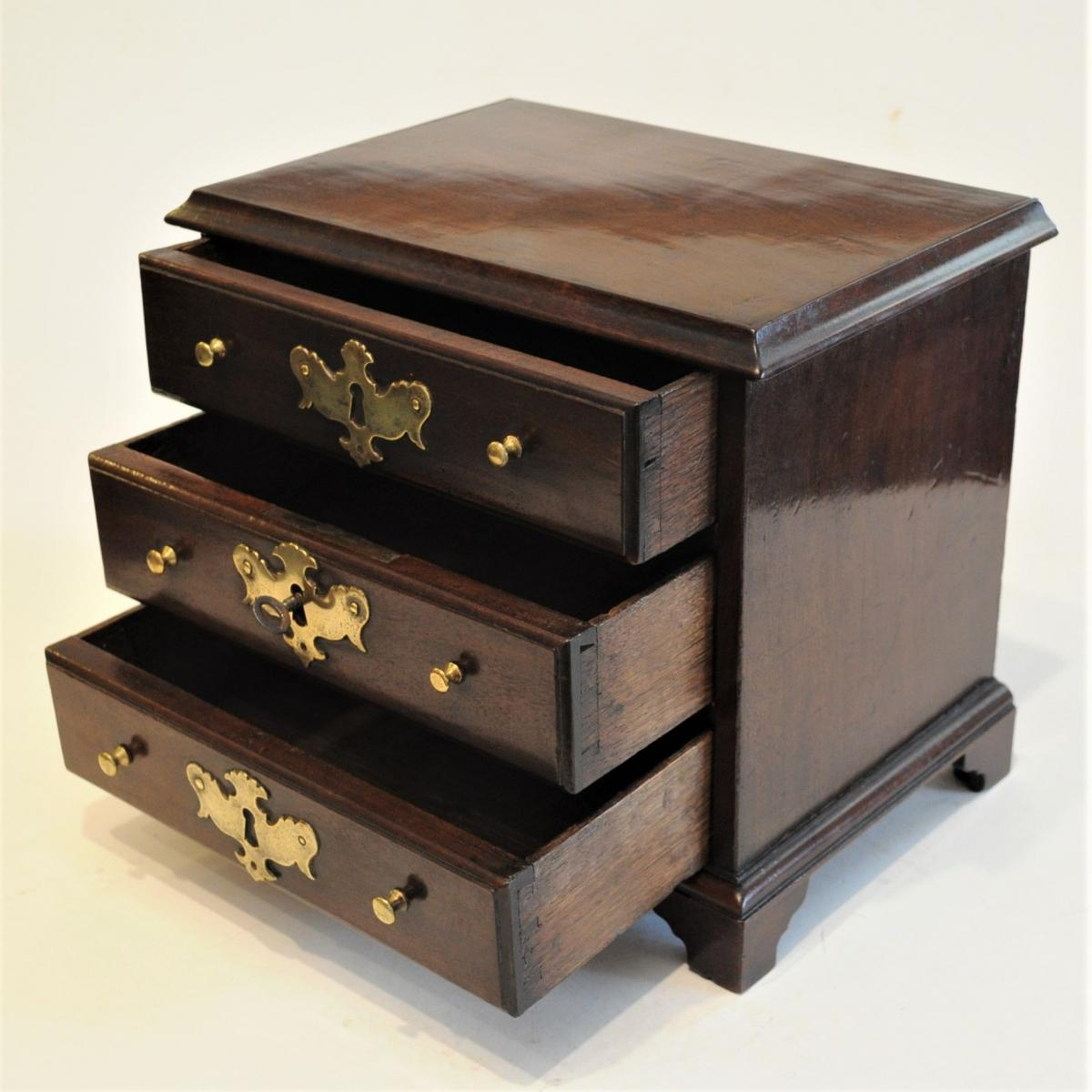 Miniature apprentice-piece/sample Chest of Drawers