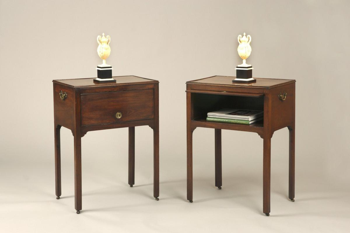 RARE PAIR OF ANTIQUE CHIPPENDALE PERIOD BEDSIDE TABLES / CABINETS