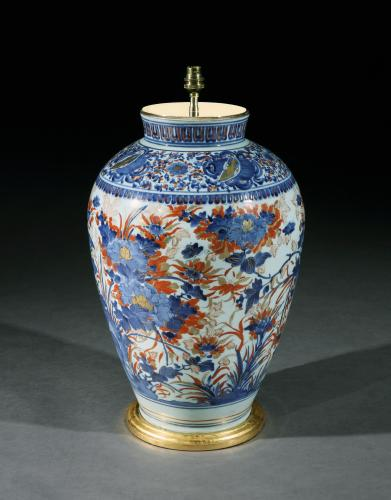 A very fine large scale 18th century Chinese Imari porcelain vase from the Qianlong period. Decorated throughout with sprays of