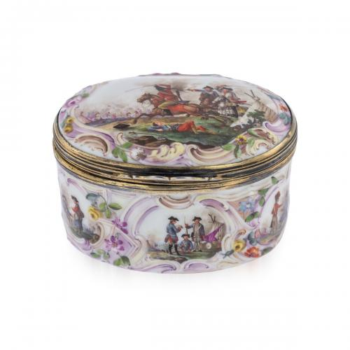A Meissen snuff box with military scenes, circa 1750-60