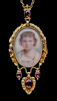 BRITISH ARTS & CRAFTS (1880-1930) Locket with portrait miniature