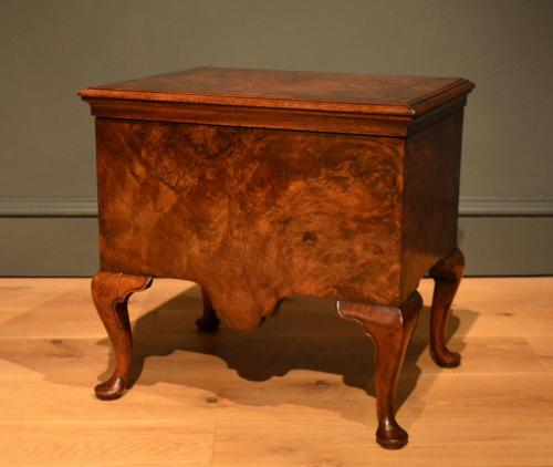 A George II veneered walnut close stool standing on 4 cabriole legs